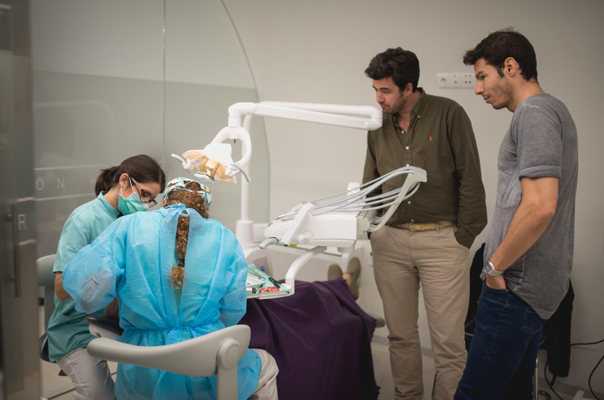 Los alumnos viendo en directo una cirugía