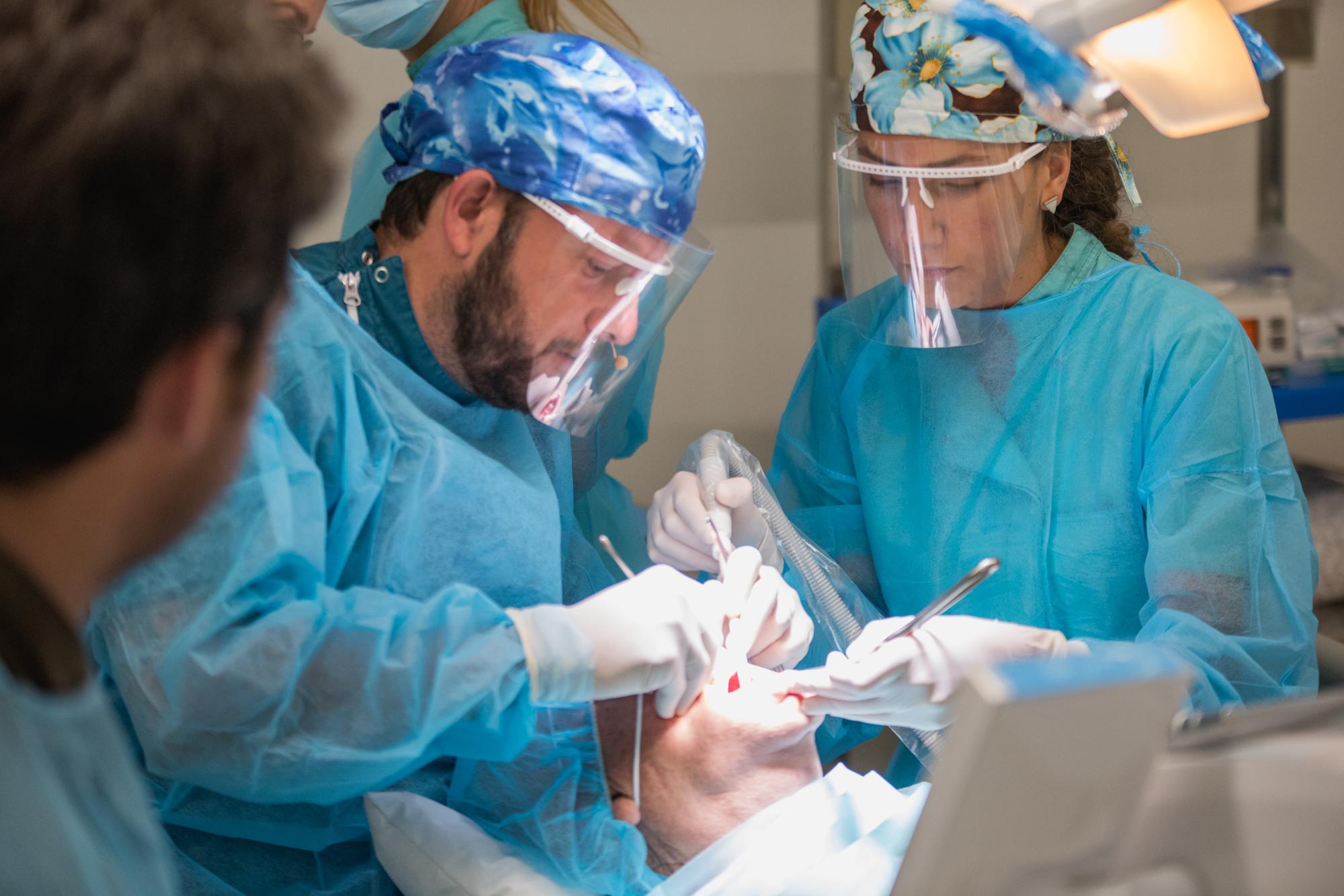 El Dr. Pablo Avilés en una cirugía en directo con los alumnos